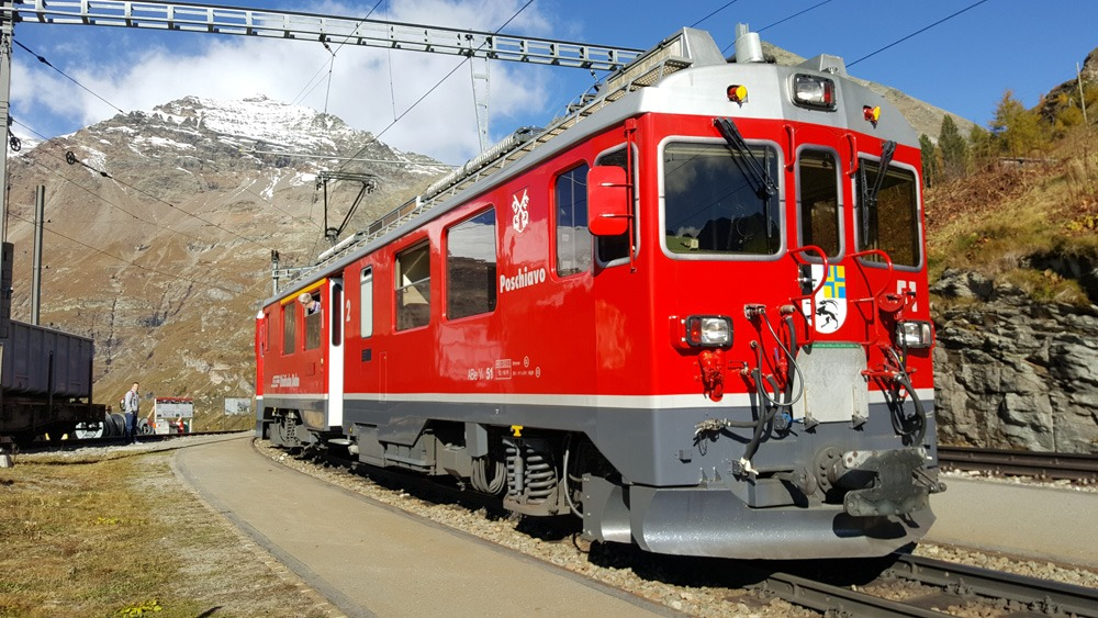 Bernina Express locomotief bij station Alp Grüm