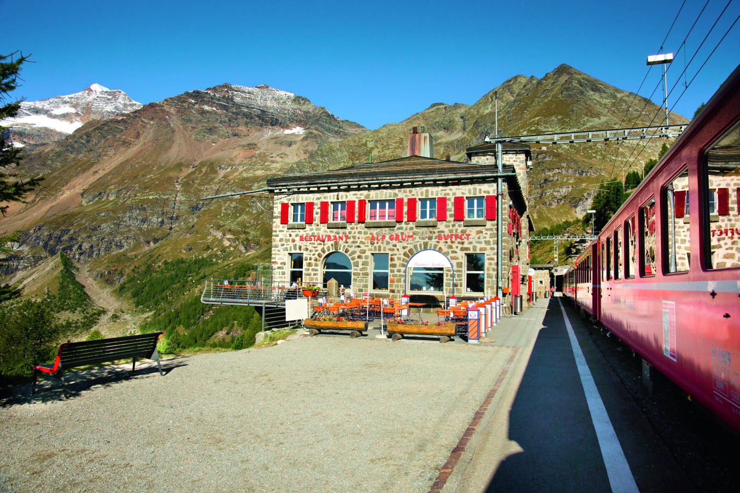 Bernina Express treinstationn Alp Gruem