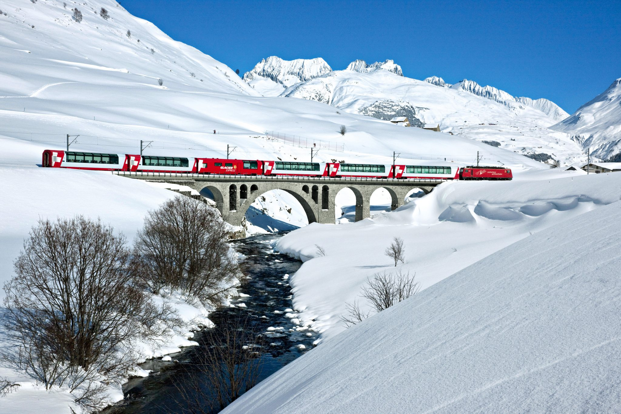 Treinreizen Zwitserland Winter - Glacier Express panoramatrein over een viaduct in de sneeuw